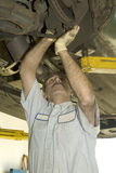 Auto werktuigkundige die inspectie doet Stock Foto