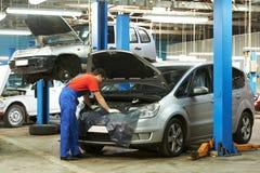 Auto werktuigkundige op het werk Stock Fotografie