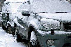 Auto während Schneefälle in der Stadt Lizenzfreie Stockfotos