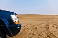 Auto in woestijn Stock Afbeeldingen