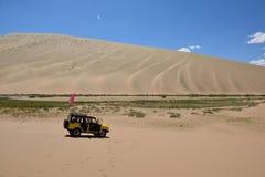Auto in woestijn Royalty-vrije Stock Afbeelding
