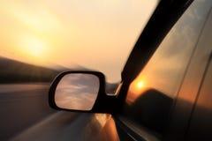 Auto in zonsondergang Stock Afbeeldingen