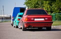 Auto zwei altes Sports 80s auf der Straße Stockbilder