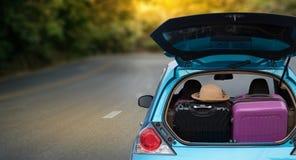 Autoabenteuer! Entspannung und Autoreise genießend Fahrten in stockfotos