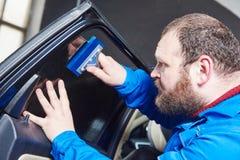 Autoabtönen Kraftfahrzeugmechanikertechniker, der Folie anwendet lizenzfreie stockfotografie