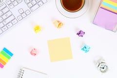 Autoadesivi appiccicosi multicolori della nota su un desktop bianco accanto ad una tazza da caffè e ad una tastiera Vista superio immagine stock libera da diritti