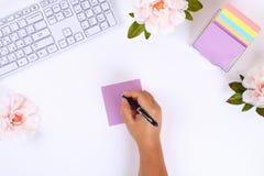 Autoadesivi appiccicosi multicolori della nota su un desktop bianco accanto ad una tazza da caffè e ad una tastiera Vista superio immagini stock