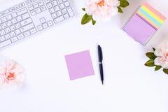 Autoadesivi appiccicosi multicolori della nota su un desktop bianco accanto ad una tazza da caffè e ad una tastiera Vista superio immagine stock