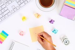 Autoadesivi appiccicosi multicolori della nota su un desktop bianco accanto ad una tazza da caffè e ad una tastiera Vista superio fotografie stock