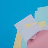 Autoadesivi di carta variopinti sulla superficie del blu Fotografia Stock