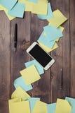 Autoadesivi e telefono ed a penna ed inchiostro Fotografie Stock Libere da Diritti