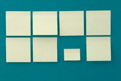 Autoadesivi gialli su vecchia priorità bassa di carta Fotografia Stock Libera da Diritti