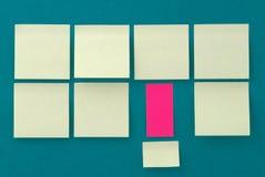 Autoadesivi gialli su vecchia priorità bassa di carta Fotografie Stock Libere da Diritti