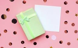 Autoadesivo del regalo con l'iscrizione su fondo rosa fotografia stock