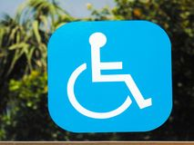 Autoadesivo del segno di handicap su uno specchio fotografie stock libere da diritti
