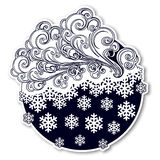 Autoadesivo festivo di inverno di stile di favola Nuvole decorate ricce con fiocchi di neve di caduta Icona di previsioni del tem Immagine Stock