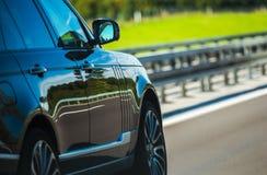 Autoantreiben auf die Datenbahn stockfoto