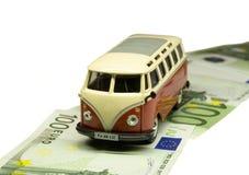 Autoantreiben auf eine Straße des Geldes Stockfotos
