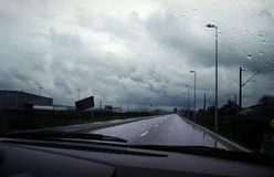 Autoantreiben durch Sturm Stockbild