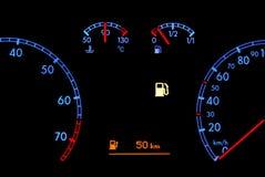 Autoarmaturenbrett zeigt niedrigen Kraftstoff Stockbild