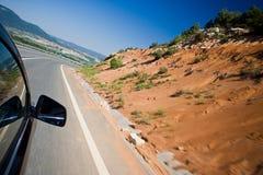 Autoauf eine Straße schnell antreiben Lizenzfreies Stockfoto