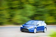 Autoauf Landstraße schnell fahren Stockfotografie