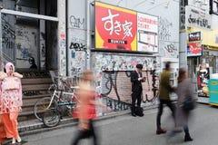 Autoaufkleber und Graffiti auf der Straße Stockbild