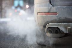 Autoauspuffrohr, das stark Abgase in Finnland herauskommt stockfotografie