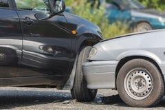 Autoautomobilunfall vom Autounfall auf der Straße in einer Stadt Lizenzfreie Stockfotos