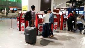 Autoavaliação no contador no aeroporto KLIA2 internacional Fotografia de Stock