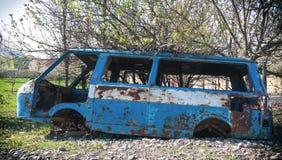 Autobús abandonado y desmontado fotografía de archivo