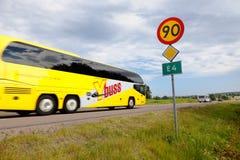 Autobús amarillo en el camino E4 Imagen de archivo libre de regalías