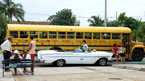 Autobús americano viejo. Cuba. Varadero. Fotos de archivo libres de regalías