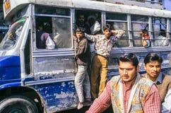 Autobús apretado en la calle de Delhi Imagenes de archivo