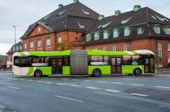 Autobús articulado en Odense imagenes de archivo