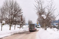 Autobús austríaco del esquí en el camino nevado Schladming-Dachstein, macizo de Dachstein, distrito de Liezen, Estiria, Austria imagenes de archivo