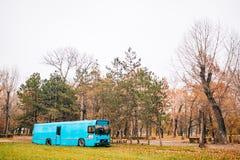 Autobús azul en el parque en otoño imágenes de archivo libres de regalías