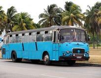 Autobús azul en Playa Del Este Cuba Imagen de archivo