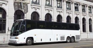 Autobús blanco parqueado de la carta del viaje fotos de archivo