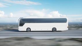 Autobús blanco turístico en el camino, carretera Conducción muy rápida Concepto turístico y del viaje representación 3d fotos de archivo libres de regalías