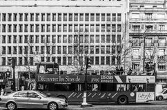Autobús blanco y negro para los turistas en el centro de ciudad de París fotografía de archivo libre de regalías