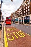 Autobús británico del autobús de dos pisos del icono a lo largo de la calle de Oxford en Londres, Reino Unido Imagen de archivo libre de regalías