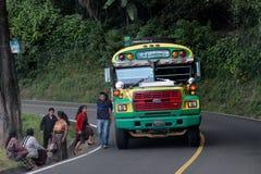 Autobús coloreado en una parada de autobús Foto de archivo libre de regalías