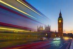 Autobús con Big Ben en la hora azul, Londres, Reino Unido del autobús de dos pisos Fotografía de archivo