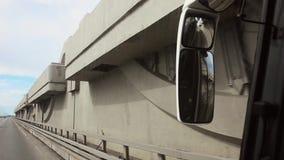 Autobús de conducción interior de la cámara en la autopista Camino día seafront Espejo en el autobús almacen de video