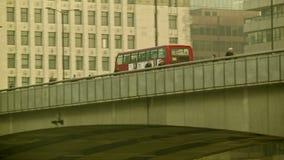 Autobús de dos pisos que pasa en el puente de Londres de la derecha