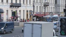 Autobús de dos pisos y coches rojos en la calle de Nevsky en el día de verano - cercano para arriba metrajes