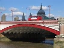 Autobús de dos plantas en el puente de Blackfriars de Londres Foto de archivo libre de regalías