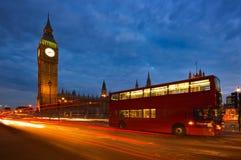 Autobús de dos plantas y Big Ben en Londres, Inglaterra Fotos de archivo libres de regalías