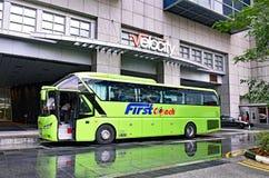 Autobús de larga distancia de FirstCoach en el cuadrado de la novena de la velocidad Imágenes de archivo libres de regalías